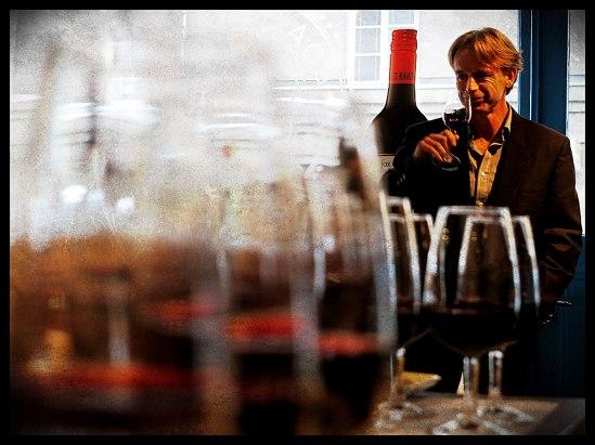 Högste räven själv, Paul Rogers, gillar doften av sitt eget vin!