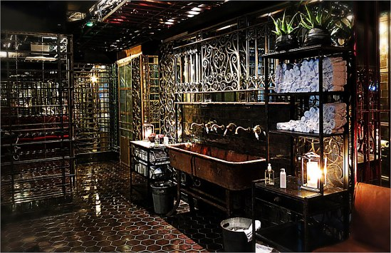 Tjusigt värre! Den budoirliknande toaletten i källaren, som sägs vara Stockholms dyraste. Här står även husets DJ f.ö.!
