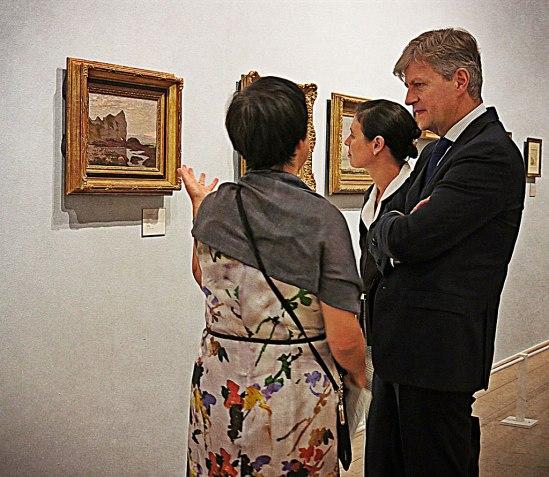 Frankrikes ambassadör Jean-Pierre Lacroix med hustru Müge visas runt av Millesgårdens museichef Onita Wass (som visar fotografen ryggen)