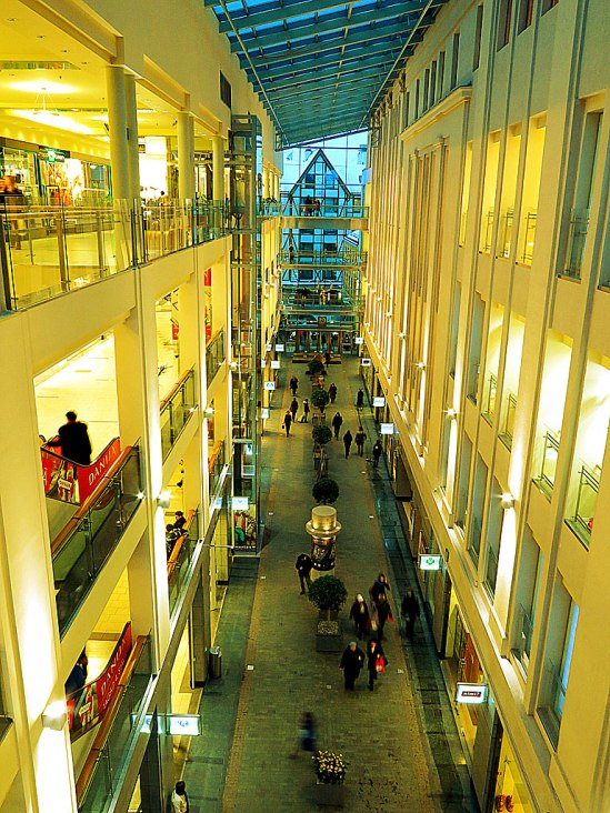Snygg shopping! Den vackert renoverade Galerija Centrs i Gamla stan, som funnits på samma plats sedan 1938. Två överglasade hus med kullerstensgatan i behåll.