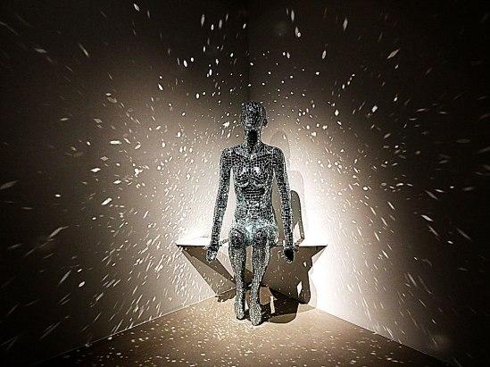 En av Lilibeth Cuenca Rasmussens iögonfallande skulpturer på Christian Larsen Gallery. Mer om detta ett stycke ned i texten.