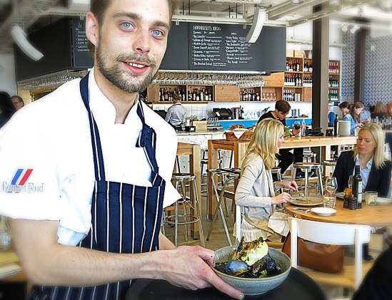Kökschefen och en musselportion