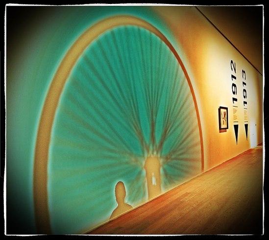 Marcel Duchamps Cykelhjulet (1913). Eller en skuggreplik därav. På en vägg på Moderna Museet.