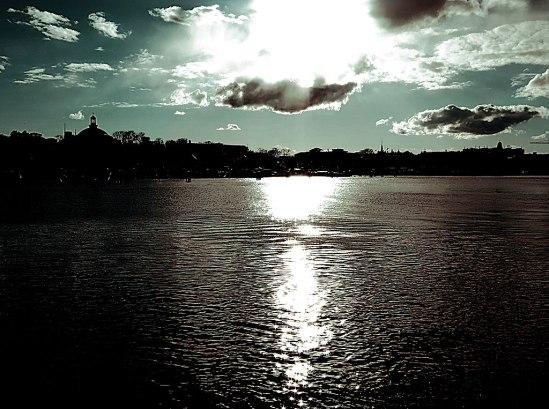 Ljusa moln, mörkt vatten / © LEX 2014