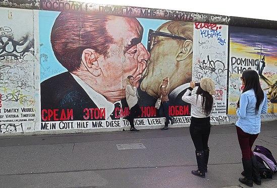 """Ryssen Dmitrij Vrubels målning """"Min Gud, hjälp mig att överleva denna dödliga kärlek"""". (Döds)kyssen mellan kommunistledarna, Leonid Brezjnev och Erich Honecker, högste sovjeten resp. Östtysklands president. Den mest berömda graffitin längs East Side Gallery."""