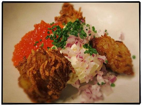 Laxrom med pampushki (potatiskroketter) och smetana (Karelen, 165 kr)
