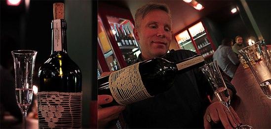 Bar Centrals delägare Jakub Vávra bjuder på partnerns Robert Rudinskis fruktdestillat. Observera flaskans handknypplade omhölje.