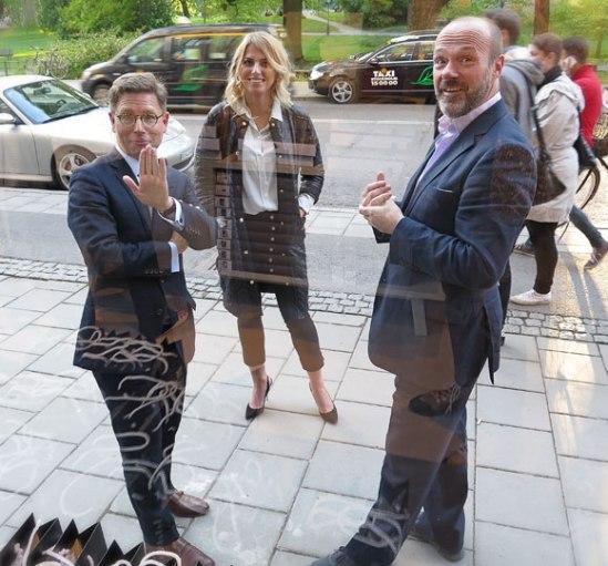 Vernissageglada miner på andra sidan fönstret: fotodoktorn Niclas Östlind, en för mig obekant kvinna samt konsthandlaren Joakim Geiger, en av svenska Lumas två delägare