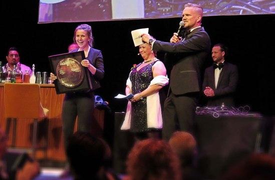 Årets servitör, Jeanette Linder (Råkultur), hyllades än en gång på själva Restauranggalan