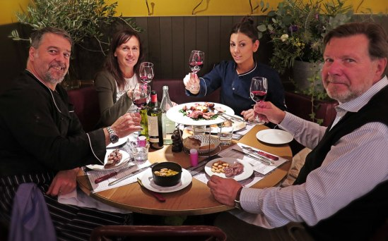 Kocken Sauro Gori vid bordet tillsammans med sin hustru, hjälpkock Elena Veltro och gode vän, Claudio Carboni