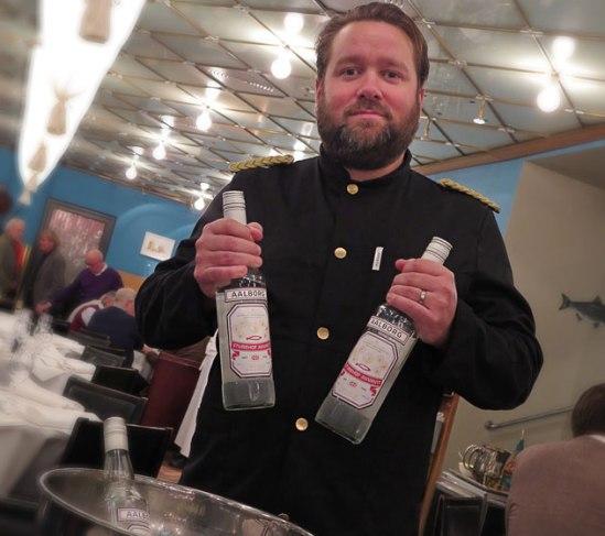Sturehofs barchef Kalle Strid håller sina nya flaskor högt